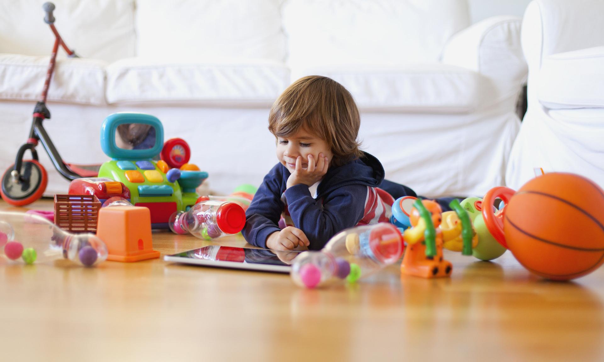 Сколько игрушек на самом деле нужно ребенку для счастья