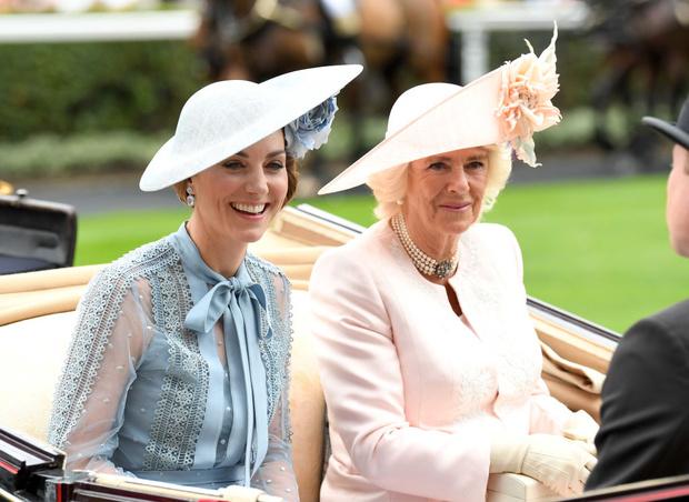 Фото №2 - Особый презент: что Камилла подарила Кейт на свадьбу (и почему Диана была бы в ярости)