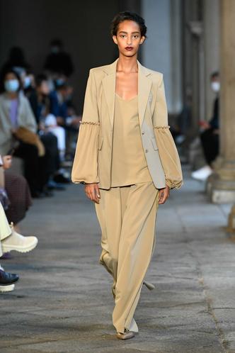 Фото №1 - Идеально скроенные пальто, самые стильные тренчи и брючные костюмы на показе Max Mara