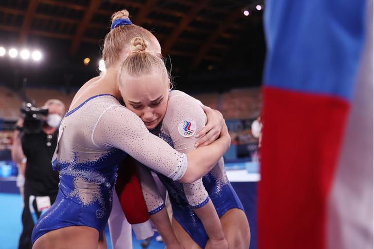 Фото №2 - Все секреты идеального пучка: учимся у российских гимнасток 🤩