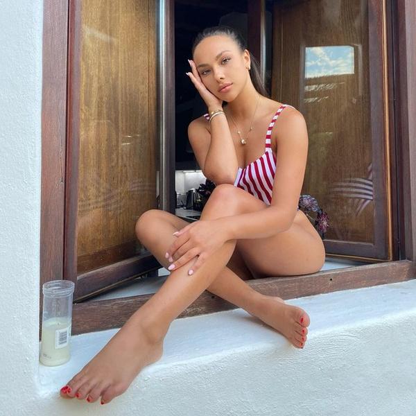 Фото №1 - Как Катя Сафарова: учимся правильно выбирать купальник в полоску