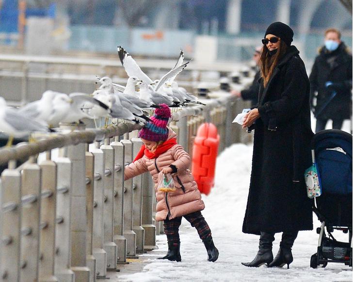 Фото №6 - Нью-Йорк, я люблю тебя: Ирина Шейк с дочкой столкнулись с Хью Джекманом на Манхэттене