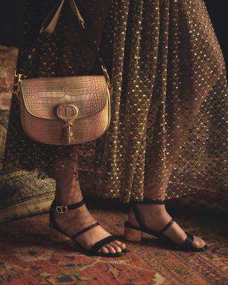 Фото №3 - От сумок до обуви: как выглядят самые модные вещи из «золотой» капсулы Dior