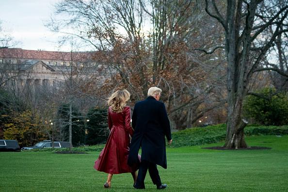 Фото №3 - Ухожу красиво: Мелания Трамп в сенсационном кожаном пальто оттенка «красный русский»