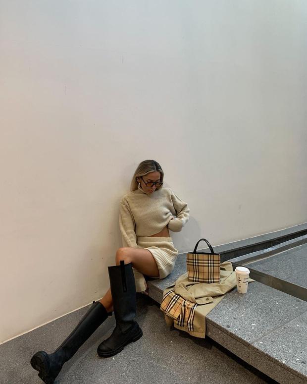 Фото №1 - Трикотажный костюм с юбкой + высокие сапоги: стилист София Коэльо показывает, как выглядеть женственно осенью