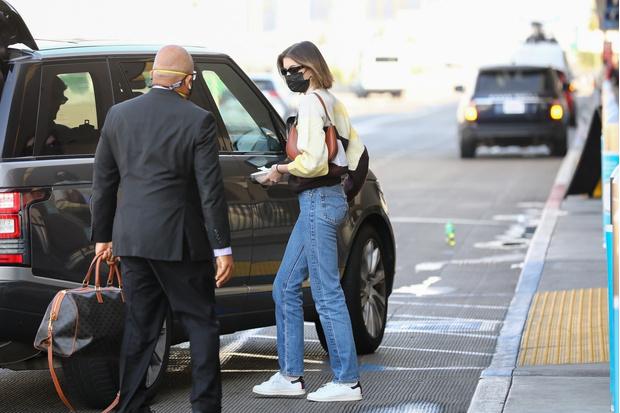 Фото №3 - Одеться как модель: миссия выполнима. Джинсы Levi's, свитер с принтом и белые кеды, как у Кайи Гербер