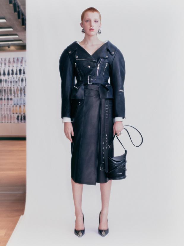 Фото №1 - Крупным планом: сумка The Curve Alexander McQueen