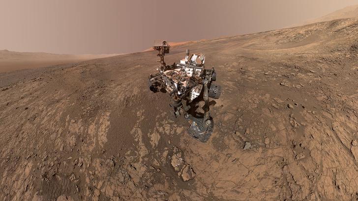 Фото №1 - Любознательный марсоход: «Кьюриосити» и его 9 лет на Красной планете