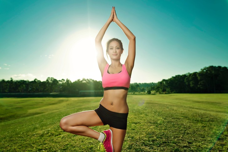 Утренняя зарядка для женщин помогает проснуться и взбодриться