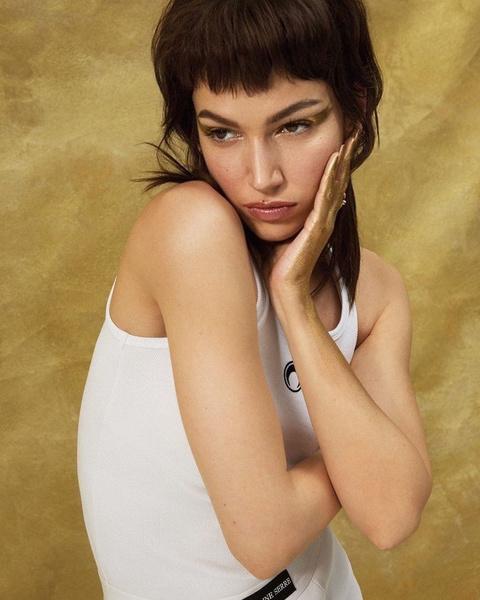 Фото №1 - Как носить золото на ногтях и глазах: показывает Урсула Корберо из «Бумажного дома»