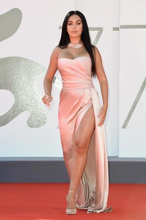 Фото №6 - 25 лучших и худших нарядов звезд на Венецианском кинофестивале— 2020