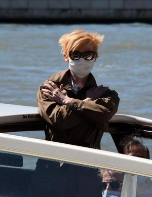 Фото №3 - Расслабленный шик: что Кейт Бланшетт надела на Венецианский кинофестиваль— 2020