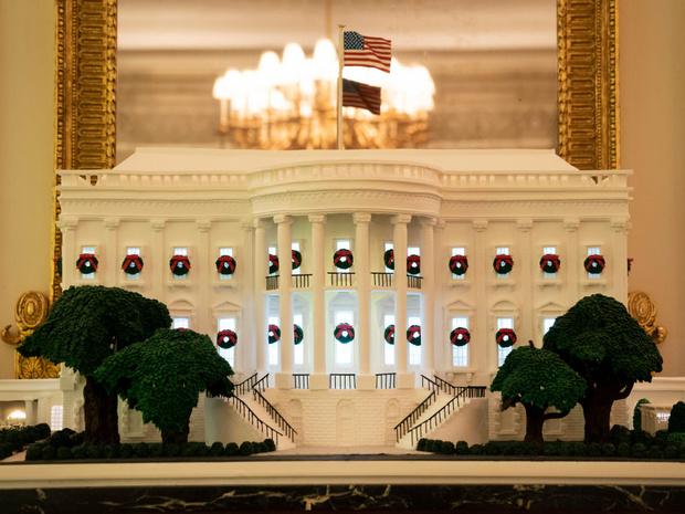 Фото №5 - Финальный аккорд: как выглядит последний рождественский портрет Мелании и Дональда Трампов