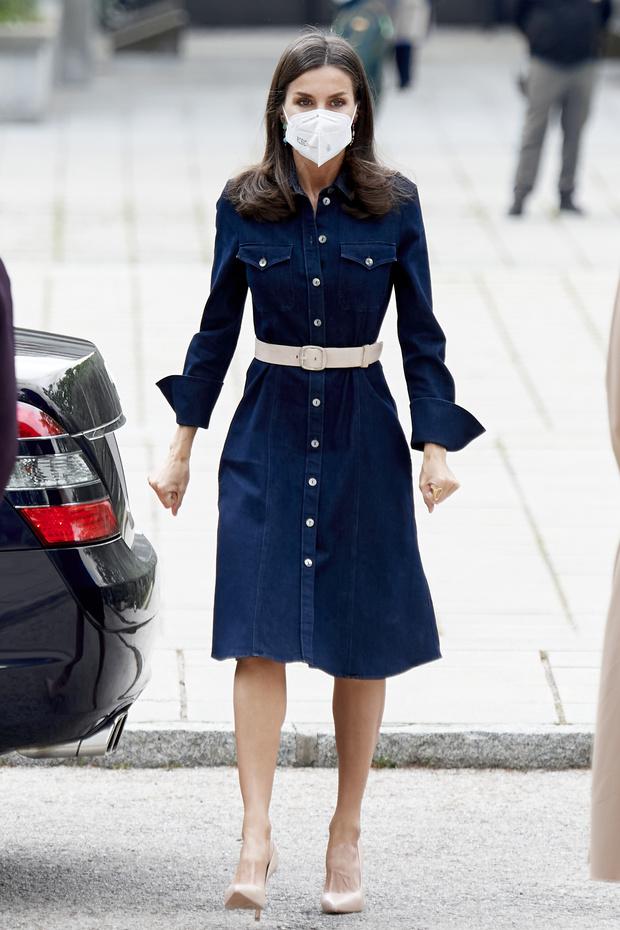 Фото №2 - Как выглядит идеальное платье из денима? Показывает королева Летиция
