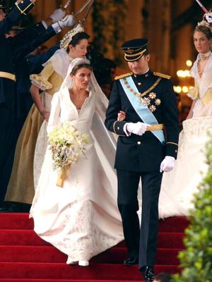 Фото №9 - Невеста на миллион: 7 самых дорогих свадебных платьев королевских особ