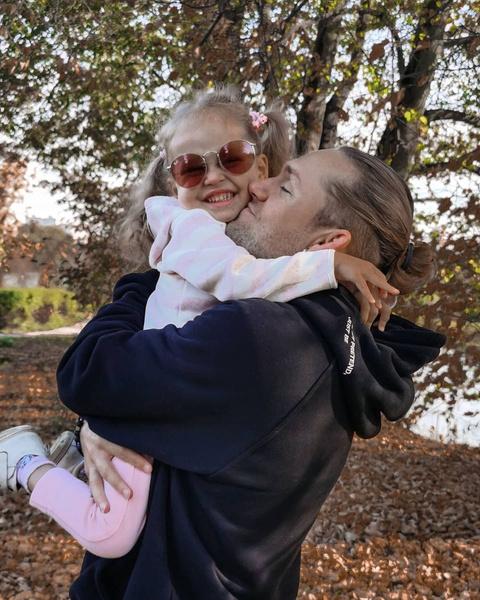Фото №2 - Соколовский и Дакота поспорили, нужно ли насильно водить дочь в сад