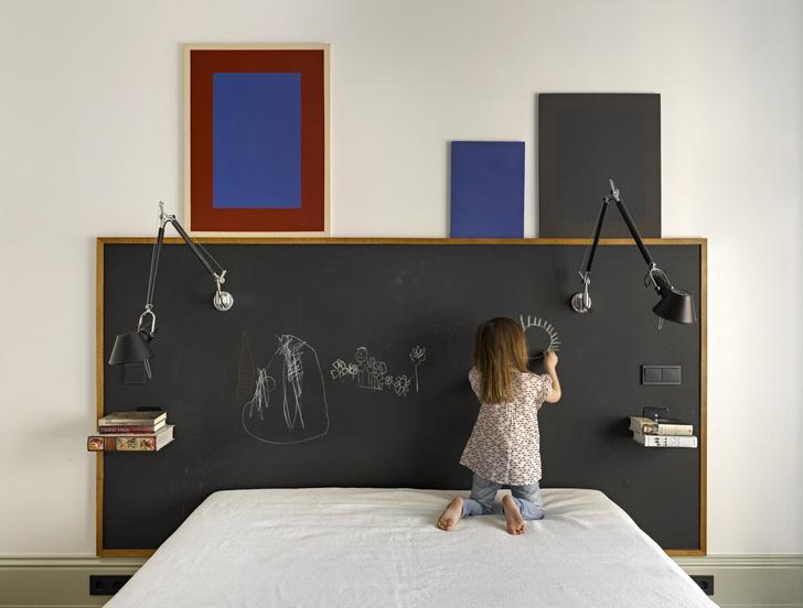 Спальня. Бра из серии Tolomeo, дизайн Микеле де Лукки и Джанкарло Фассина (1987) для Artemide. Изголовье кровати покрыто краской для школьных досок. «Мне очень нравится этот пыльно-черный цвет», — говорит Татьяна.