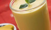 Смузи из манго с имбирем и клубникой