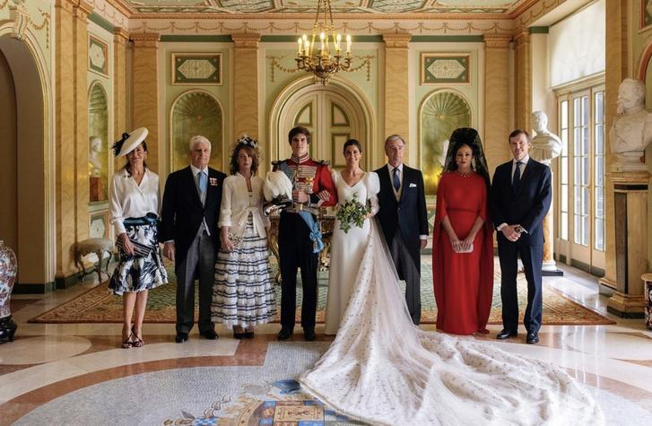 Фото №2 - Черная корона из кружева и красное платье с кейпом: свадебный образ мамы жениха на испанской королевской свадьбе