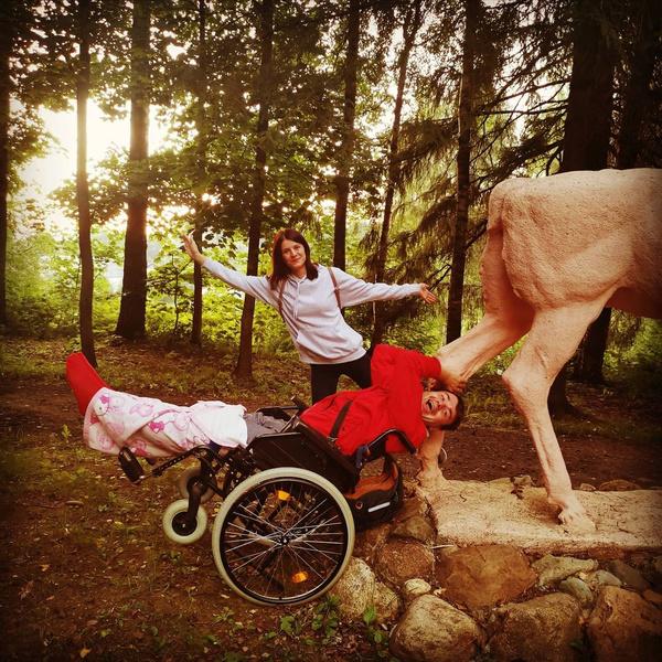 Фото №1 - Актер из «Папиных дочек» встал на ноги спустя год после падения с крыши: фото