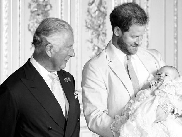 Фото №23 - Самые трогательные фотографии королевских бабушек и дедушек с внуками