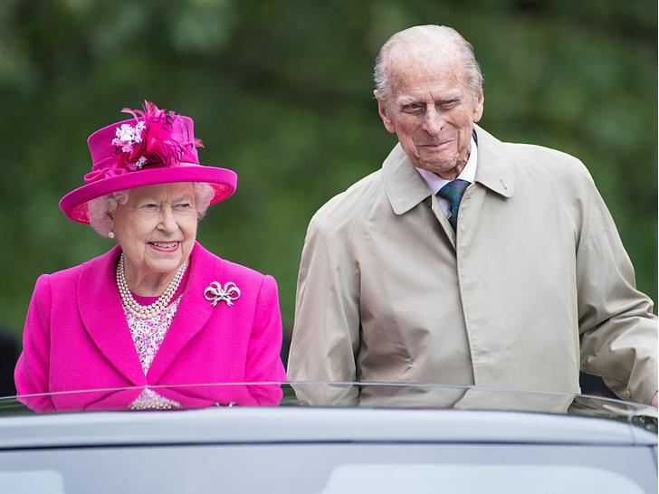 Фото №1 - Нежданные гости: как Королева и принц Филипп «украли шоу» на чужой свадьбе