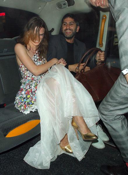 Фото №2 - Стиль звезд: Кира Найтли с мужем на вечеринке в Лондоне