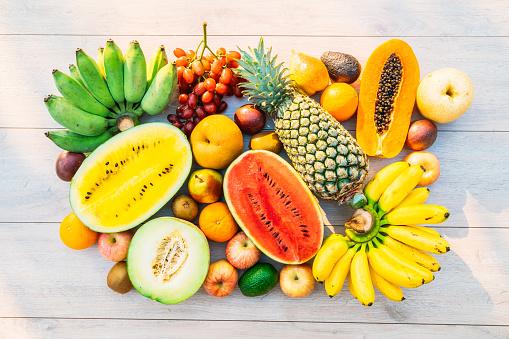 Как правильно есть фрукты и ягоды во время диеты: советы диетолога