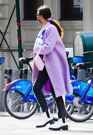 Фото №4 - Акцентные плечи и самый нежный оттенок: пальто для весны 2021 по версии Ирины Шейк