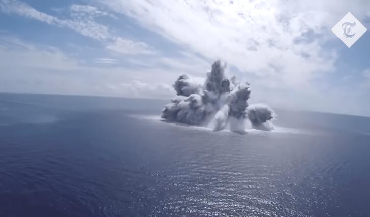 Фото №1 - Военные взорвали 18-тонную подводную бомбу, чтобы проверить на прочность авианосец (эпичное видео)