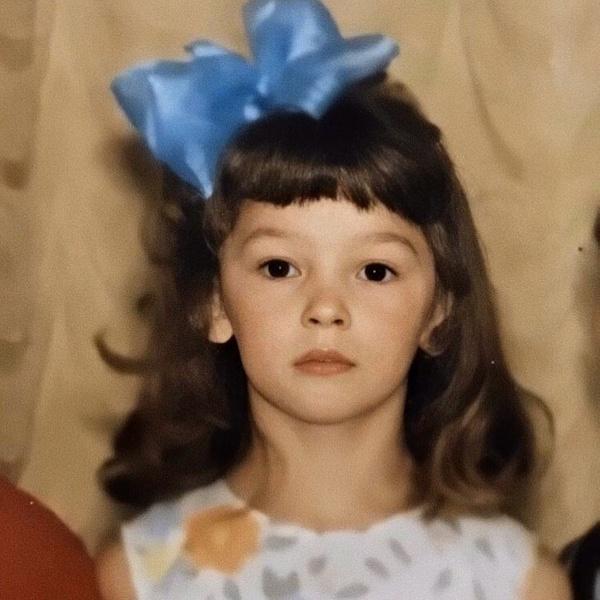 Фото №1 - Короткая челка и бантик: Настя Ивлеева показала, как выглядела в детстве