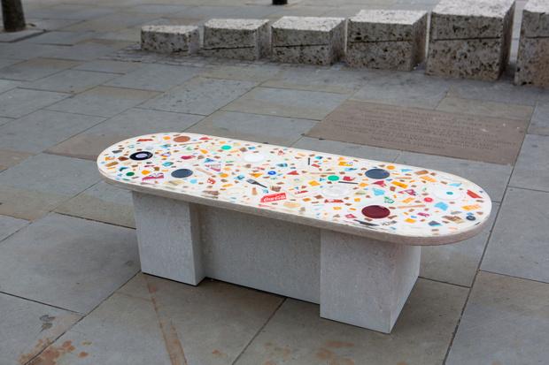Фото №6 - Дизайнерские скамейки украсили улицы Лондона