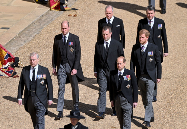 Фото №1 - Разделительная полоса: первые фото принца Уильяма и Гарри на похоронах дедушки