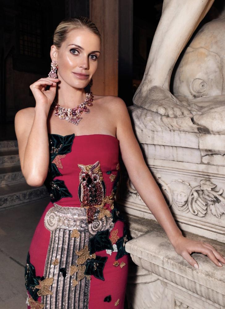 Фото №2 - Леди Китти Спенсер в малиновом платье-футляре намекает, кто здесь настоящая муза Dolce&Gabbana