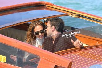 Фото №2 - Тили-тили-тесто: Аффлек и Лопес появились в Венеции в «свадебных» аутфитах