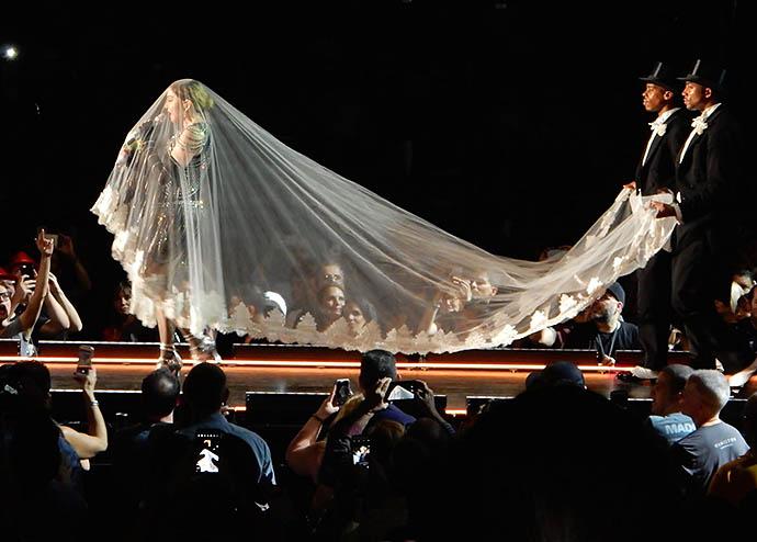 Мадонна едва не упала со сцены запутавшись в фате