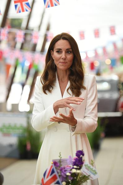 Фото №1 - Королевская лилия: Кейт Миддлтон в белоснежном платье-блейзере