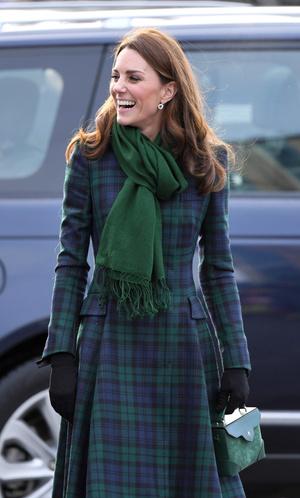 Фото №4 - Теплый прием: как герцогиня Кейт носит шарфы