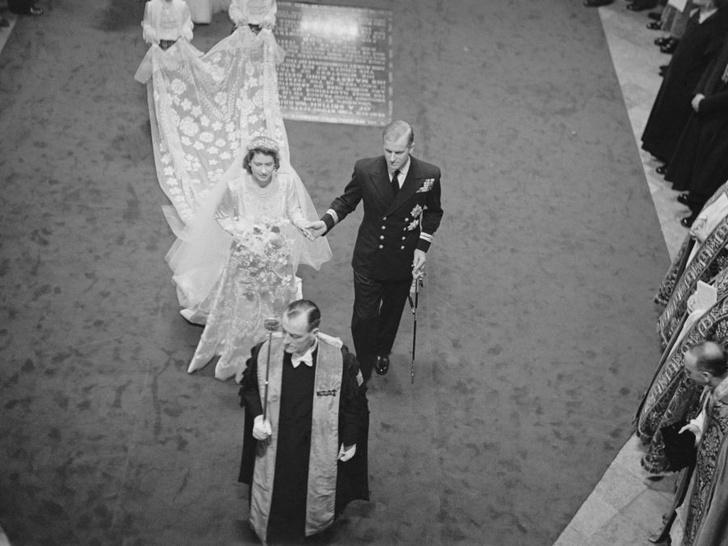 Фото №2 - Почему на свадьбе Елизаветы и принца Филиппа не было традиционного поцелуя молодоженов