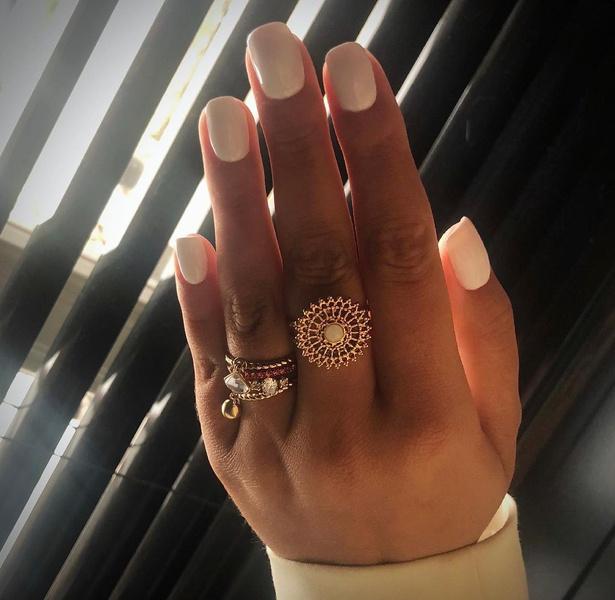Фото №2 - Белые ногти: как подчеркнуть загар маникюром