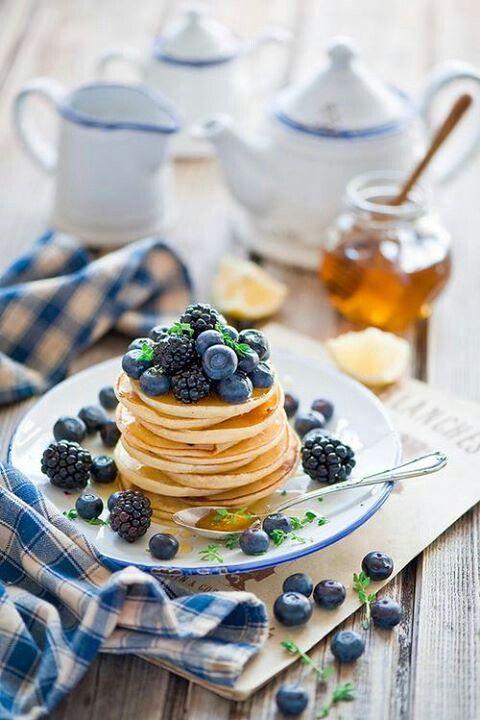 Фото №1 - Начинаем утро с правильного завтрака: оладьи на кефире с ягодами и кедровыми орешками