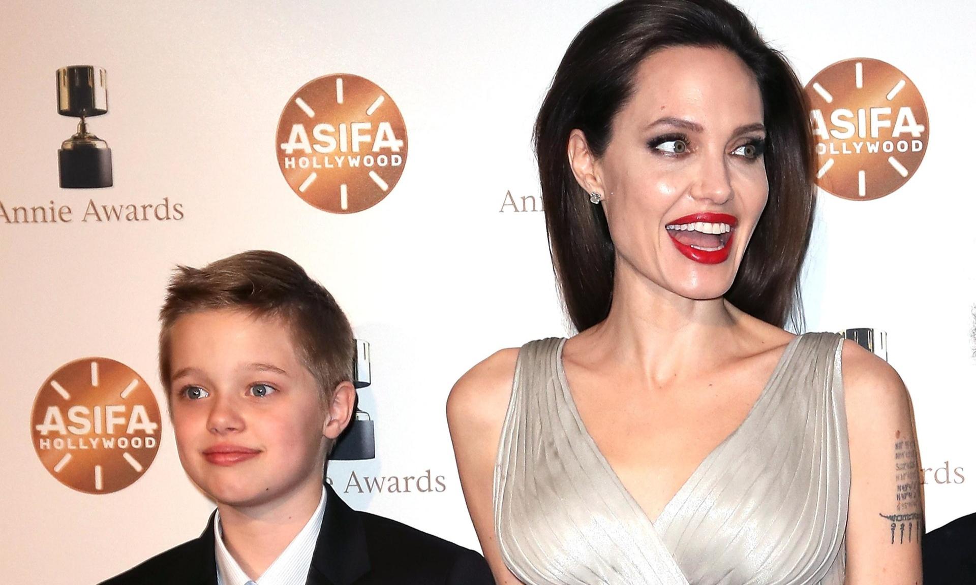 Дочь Джоли передумала быть мальчиком и впервые надела юбку