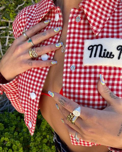Фото №1 - Ногти в стиле хиппи: Дуа Липа показала трендовый дизайн tie-dye