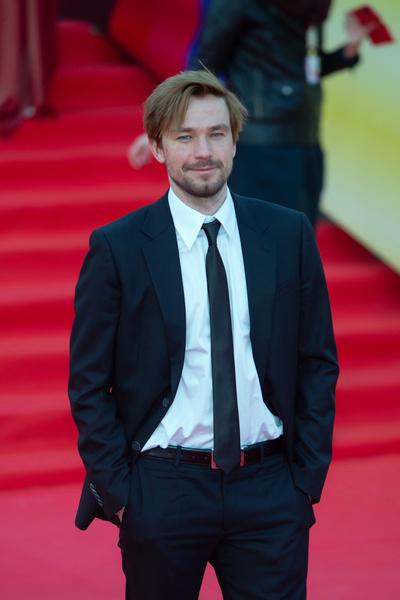 Александр Петров упал во время кинофестиваля и пришел на мероприятие без пары