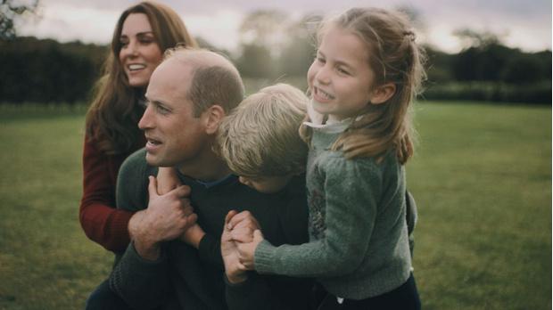 Фото №1 - Салочки, посиделки у костра и прогулки вдоль моря: Кейт Миддлтон и принц Уильям показали, как выглядит их семейная идиллия, на видео