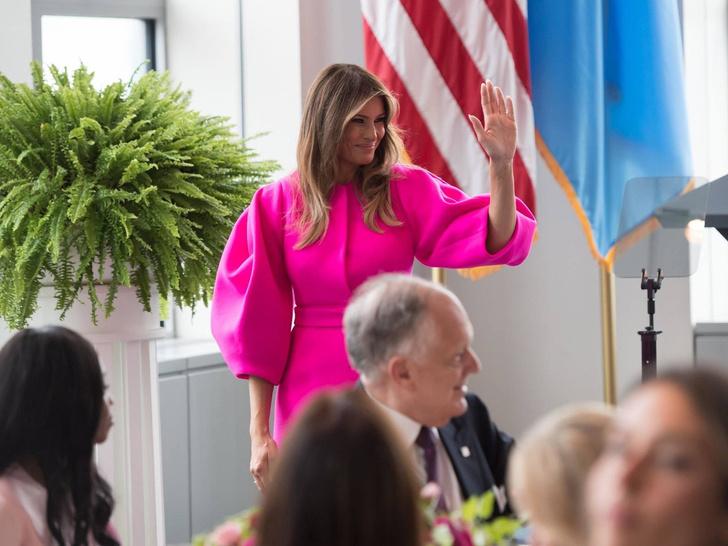 Фото №7 - Миссис эпатаж: самые скандальные образы Мелании Трамп в роли Первой леди