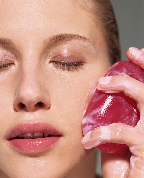 Фото №3 - 12 средств, которые косметологи никогда не нанесут на свою кожу