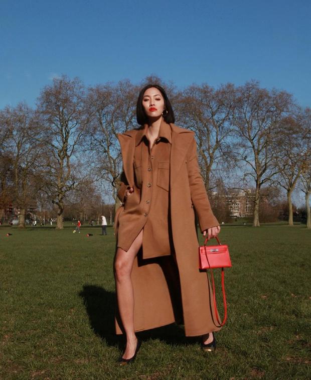 Фото №1 - Бежевый тотал-лук + яркая сумка: модный прием Тиффани Хсу, который стоит взять на заметку