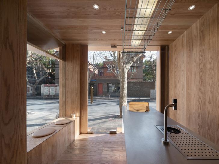Фото №3 - Уютное угловое кафе с контрастным интерьером в Шанхае
