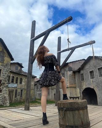 Фото №3 - Как носить платье с корсетом: учимся у Ренаты Ри